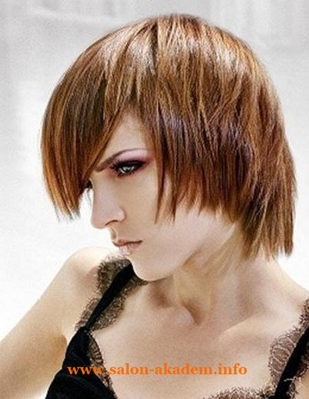 Стрижка каскад на короткие волосы с косой челкой фото