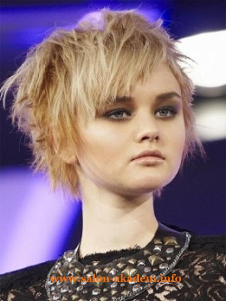 Стрижка каскад на короткие волосы для круглого лица